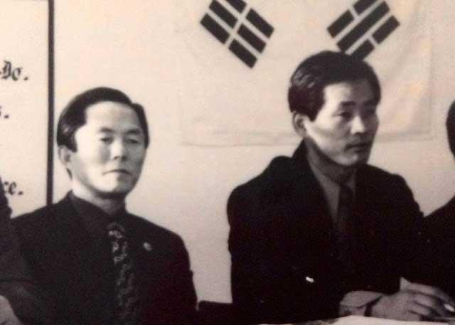 General Choi Hong Hi ( izquierda) Yong Chan Kim ( derecha )
